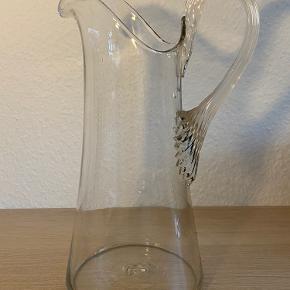 Rigtig flot glaskande fra Holmegaard, den er ca 110 år gammel. Der er en lille reven i men ellers fejler den ingen ting.