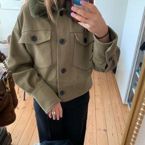 Lækker jakke fra meotine, som er ubrugt og stadigvæk med mærke i. Sælges, da jeg har for mange jakker.  OBS: pelskraven er aftagelig, så man også kan bruge den om sommeren.   Nypris var 2000. Byd endelig gerne 😊