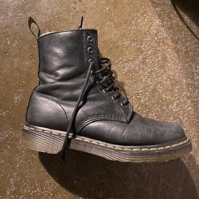 Forede, sorte dr Martens støvler. De er godt brugt, men i fin stand. Kom med et bud 😉😉