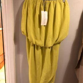 Smuk limegrøn kjole fra The Wardrobe  Kjolen er aldrig brugt og har prismærke i   Kjolen er stropløs og toppen sidde lidt løst, hvor den nedre del sidder mere til   Super lækkert stof, føles meget lækkert
