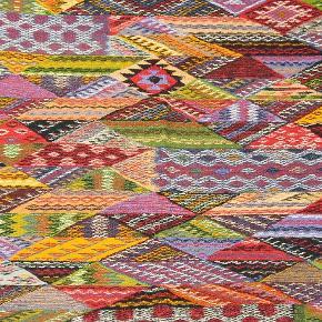 Vendbart vævet tæppe. Måler 210x105 cm. Smukt håndværk. Aldrig brugt.