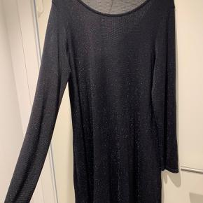 Sort kjole med glimmer   90% nylon, 5% elastan, 5% metalliske fibre  Befinder sig i Aalborg, men sender gerne på købers regning 😊