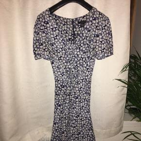 Fin blomstret kjole fra mærket Atmosphere💛størrelsen er 46 , men medium kan sagtens passe den , vil jeg mene - er selv small og har brugt den💛  #30dayssellout