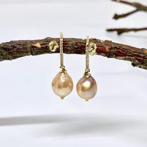 De absolut smukkeste barok kultur perler.  Lavet med ørerkrog med Cubic zirkonia sten. Perlen måler ca 12-14 mm  prisen er pr par da kultur perler er natur produkt vil der forekomme naturlige forskelle ved perlerne.  Kan sendes for 10,- som brev eller for 39,- som pakke.