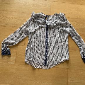 Fin silkeskjorte. Købt på lagersalg, så ingen vaskeanvisning eller str. men den svarer til s/m.