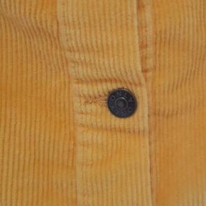Gul fløjls nederdel i det blødeste materiale. Nederdelen er kun prøvet på, da den desværre er lidt for stor til mig.