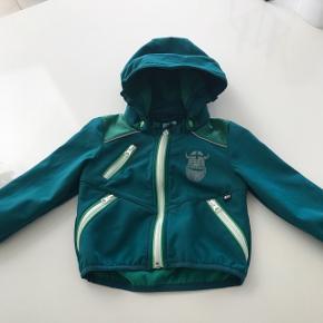 Rigtig lækker softshell jakke fra Danefæ i mørke grøn. Standen er super fin! Min søn har brugt den fra str 86.