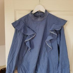 Fin bluse med blå flænser