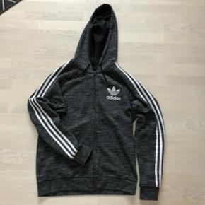 Adidas Originals sweatshirt. Fin stand og passer til både hverdag og sport.
