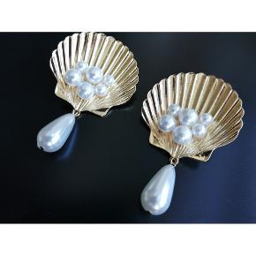 Helt fantastiske muslinge øreringe sælges. Købt på Vestiarie Collective. Standen er som ny - brugt en håndfuld gange. Pris: 350kr afhentet eller plus 33kr i DAO porto.