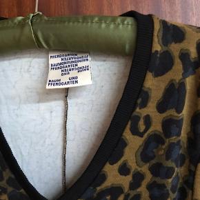 Lækker kjole i tyk Jersey stof fra Baun und Pferdgarten. Brugt få gange og i fin stand. Slank model. Fra ikke ryger.