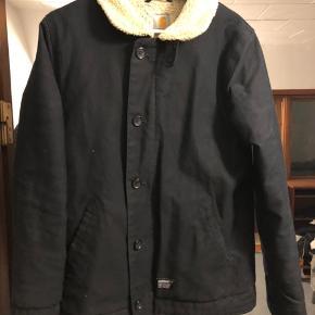 Carhartt WIP vinterjakke med lækkert for indvendigt. Brugt én vinter og ellers hængt i mit skab.
