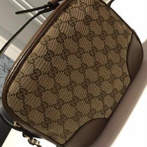 Sælger min Gucci-taske da jeg akut mangler penge den er fra 2018 normal pris 6000kr har kun brugt den 2 gange  Crossbody Farve: Brun Oprindelig købspris: 6000 kr.