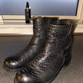 Sælger mine Billi Bi støvler, de kun gået med få gange, og derfor fremstår som forholdsvis nye.  Nyprisen er 1400 kr.  De er lidt store i størrelsen, men med brug af en sål eller en tyk strømpe passer de en str. 38😁 Kasse haves stadig!