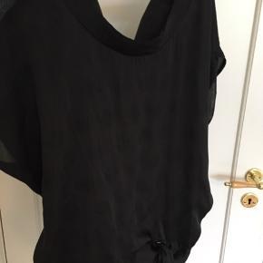 Fin bluse m bindebånd og flotte store ærmer. Detalje m rem i ryg/nakke. 100% polyester men ligner silke.