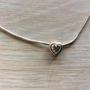 Brand: ? Varetype: Halskæde med hjerte med en lille perle Størrelse: ? Farve: Se foto  Fin hals kæde brugt engang med vedhæng et hjerte