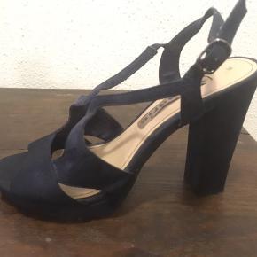 Virkelig smukke heels i mørkeblåt ruskind. Perfekt til julens såvel som sommerens fester.