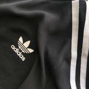 Trøjen er i let materiale og ikke normalt stof  Sælges til højstbydende