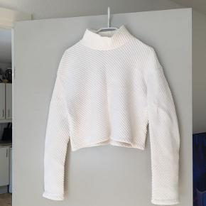 Flot hvid trøje med halskrave. Det er en lidt kort model.   Størrelse S fra H&M.  Aldrig brugt og er derfor som ny. Spørg endelig efter flere billeder.  Kom med et bud. Mængderabat gives ved køb af flere dele.  Sender gerne på købers regning.