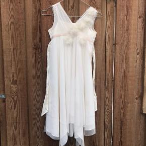 Sælger denne flotte kjole. Den er brugt 2 gange, men bare hegnet i mit skab.  Den er fejler intet, så god som ny    Der er ingen fast pris, da den bare skal væk. Så kom med et bud ☺️