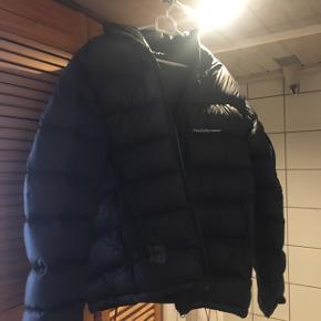 Der er et lille hul nederst af jakken. I kan komme og hente jakken på adressen som der vil blive oplyst senere hen.