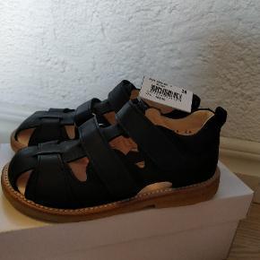 Skøn sandal der kan indstilles så den sidder perfekt på barnets födelseMp 450 pp