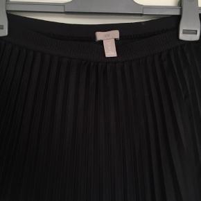 Super fin plisseret nederdel fra H&M, næsten aldrig brugt, står derfor som ny😊 Kom med et bud