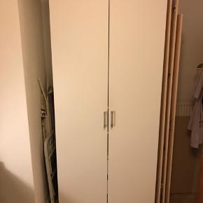 Fint og velholdt PAX garderobeskab fra Ikea sælges grundet flytning! Indeholder en bøjlestang, 3 hylder, 2 lukkede skuffer og en kurveskuffe.   Skabet har fire små borehuller på højre side af skabet, hvor jeg har haft en holder til støvsuger hængende. Som det kan ses på 3. billede er de meget små og kan let dækkes.   Sælges til under halv pris for kun 1000 kr! Kan skilles ad ved afhentning. Realistiske bud modtages gerne :)  Mål: Bredde: 100 cm Dybde: 60 cm  Højde: 236 cm