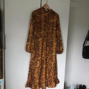 Super flot maxi kjole med frynser forneden, brugt én enkelt gang. Super god stand🔥
