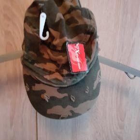 Ja hætten på jakken kan tages af så kan måske også bruges til piger  hatten er helt ny