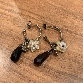 Super smukke øreringe med røgkvarts og perlemorsblomster. Øreringene er forgyldt sterlingsølv.