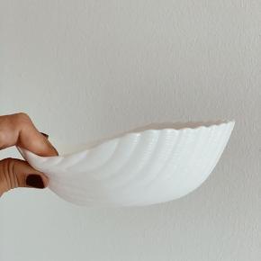 Smuk hvid muslingeskål. D: 16 cm.