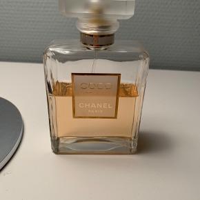 """Eau de parfum """"Mademoiselle"""" fra Coco Chanel sælges. 100 ml (hvoraf ca. 25 ml er brugt). Skal varen sendes, betaler køber fragten."""