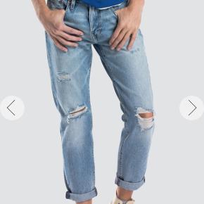 Levis High Ball Roll Str 32.  - Med stort retro levis logo bag på buksen  Kun haft på 2 gange, så er som nye! 1000 kr er butikspris.   Prisen er ikke til forhandling.