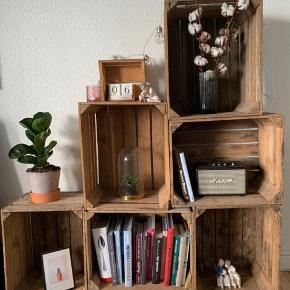 Reol af gamle æblekasser på hjul med lås. Kasserne kan skilles fra hinanden og sammensættes som man nu vil.  Hver æblekasse er 50,5 cm x 41 cm  Sælges pga. flytning