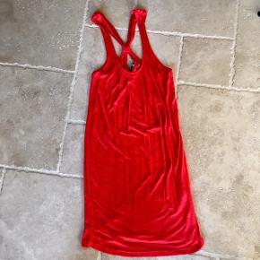 Løs rød kjole - fin stand, kom gerne med realistisk bud 👚