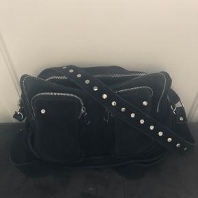 Sælger min Nunoo taske i modellen Alimakka. Den har været brugt nogle gange, men er stadig helt fin og har flere år tilbage i sig.  Kom med et bud :)