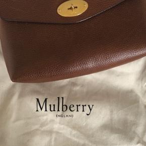 Mulberry Darley kosmetikpung i flot stand. Brugt som clutch så der er ikke make-up i foret og den er generelt virkelig pæn både udenpå og indeni.  Sælges fordi jeg ikke bruger den. Koster 2300 fra ny og er kun brugt en håndfuld gange.