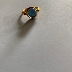 Prime ring fra Julie sandlau i forgyldt med mørkeblå krystal og sten. Str. 52. Været brugt få gange.  Æske medfølger ikke.