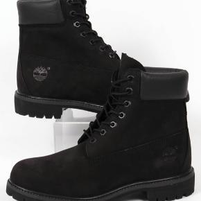 PRISEN ER FAST - BYTTER IKKE - IKKE SOLGT 🌸🌸🌸🌸🌸🌸🌸🌸🌸🌸🌸🌸🌸🌸🌸  Lækre sorte vinterstøvler fra Timberland Rigtig god pris for helt nye kvalitets støvler! Aldrig brugt - kun prøvet på indenfor  Model - Timberland Premium 6 in waterproof (vandtæt) boot/støvle Black nubuck  Sender gerne forsikret medDAO - køber betaler  Kan også afhentes i indre by, Kbh (500m fra Nørreport)