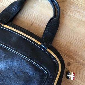 Fin vintage skind taske. Længde ca 34 cm Højde 23 cm