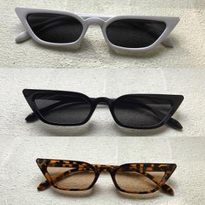 Sælger disse cat eye solbriller i 7 forskellige farver: Sort Hvid Leopard/brun Lyserød Lilla Rød Gul  Solbrillerne koster 1 stk. 50 kr + porto (10) 2 stk. 80 kr + porto (20 kr) - spar 20 kr 3 stk. 120 kr + porto (20 kr) - spar 30 kr  De kan også hentes i enten Hørning eller Mårslet  Solbrillerne ligger stadig i original emballage, og er derfor ikke brugt, kun til at vise på billedet
