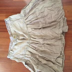 Varetype: Nederdel Størrelse: 31 Farve: camel Oprindelig købspris: 1200 kr. Prisen angivet er inklusiv forsendelse.  Talje: 43 cm, længde 51 cm.  Lækreste bløde hør.