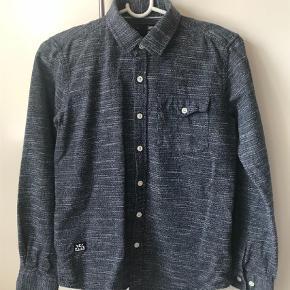 Brand: Mono Varetype: Bluse Størrelse: 12år Farve: Blå  Meget fin blå skjorte fra Mono. Kun brugt få gange.  MP kr. 75