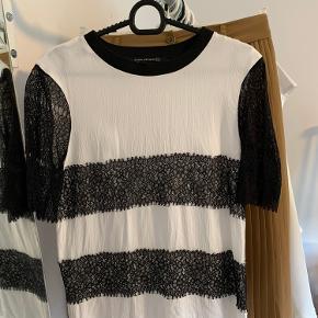Hvid Tshirt fra Zara med sorte blonde detaljer  Stort set som ny efter en strygning