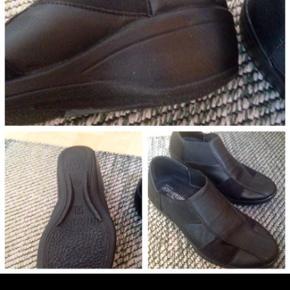 Arcopedico Stretchsko sort, letvægtssåler med hæl støddæmpning og udtagelige indersåler skoen kan vaskes ved 30 grader super lette er som ny NP 699 sender gerne med DAO hvis køber selv betaler Porto meget populær sko