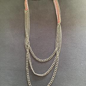 Halskæde fra By Malene Birger. Har hængt i skabet i lang tid, og er aldrig blevet brugt. Dog uden tag. Sælges for 150 kr. incl. porto.