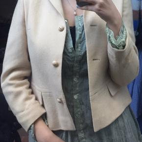 Fin uld jakke. Jeg har aldrig rigtigt fået den brugt, da den er lidt for lille. Der står ikke størrelse i, så vidt jeg kan se, men jeg vurderer den til en small.  #30dayssellout