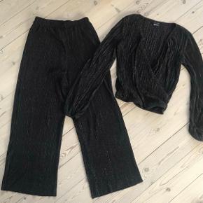 Varetype: sæt bukser og bluse Størrelse: XS Farve: som billede  Brugt 3-4 gange  Bytter ikke