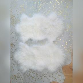 100% tibetansk lammeskind i hvid. Sælger 2 stk. Prisen er pr. stk. Ca. mål: 120 x 60 cm